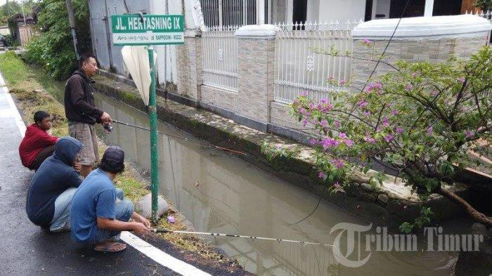FOTO: Musim Hujan, Warga Hertasning Makassar Mancing di Got - warga-memancings.jpg