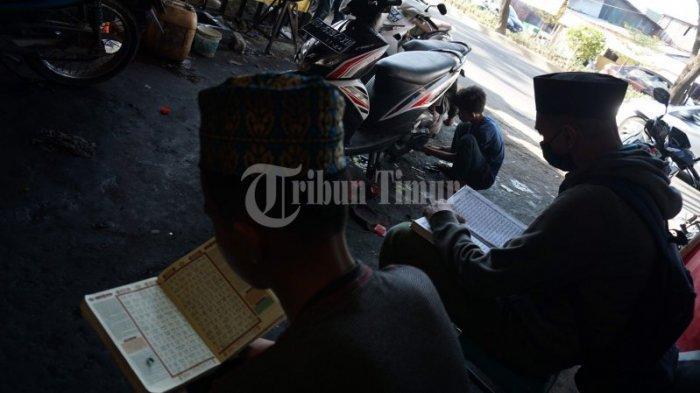 FOTO: Bengkel Remaja Motor Gratiskan Oli dan Servis Asal Bisa Ngaji - warga-mengaji-sambil-menunggu-motor-di-bengkel-remaja-motor-1.jpg