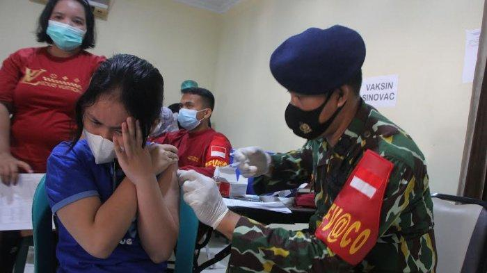 FOTO DRONE; Brimob Polda Sulsel Gelar Vaksin Massal - warga-mengikuti-vaksinasi-covid-19-secara-massal-dan-gratis-di-mako-batalyon-a-1.jpg