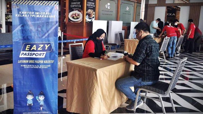 Warga mengurus perpanjangan paspor dalam Eazy Passport Kantor Imigrasi Kelas I Makasaar (Kanim Kelas I Makassar), di Mall Pipo Makassar, Sabtu (24/10/2020).