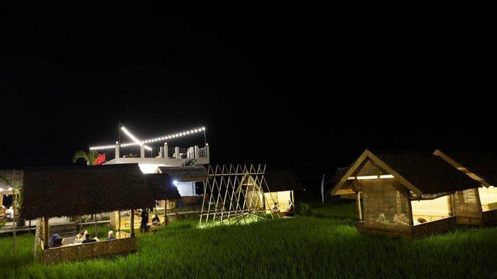 FOTO; Indahnya RM Tepi Sawah Sidrap Saat Malam Hari - warga-menikmati-suasana-malam-rm-tepi-sawah-sidrap-di-jl-poros-amparita-1.jpg