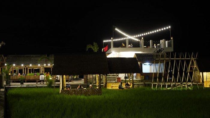 FOTO; Indahnya RM Tepi Sawah Sidrap Saat Malam Hari - warga-menikmati-suasana-malam-rm-tepi-sawah-sidrap-di-jl-poros-amparita-5.jpg