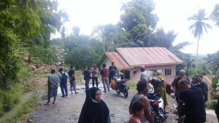 Tanah Longsor Tutup Akses dari Kantor Bupati Menuju Obyek Wisata Gojeng Sinjai