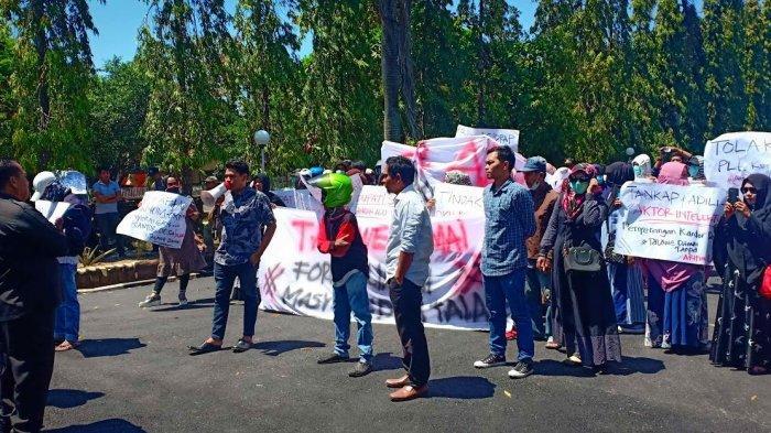 Warga Desa Talawe Demo di Kantor DPRD Sidrap, Tuntut SK Plt Desa Persiapan