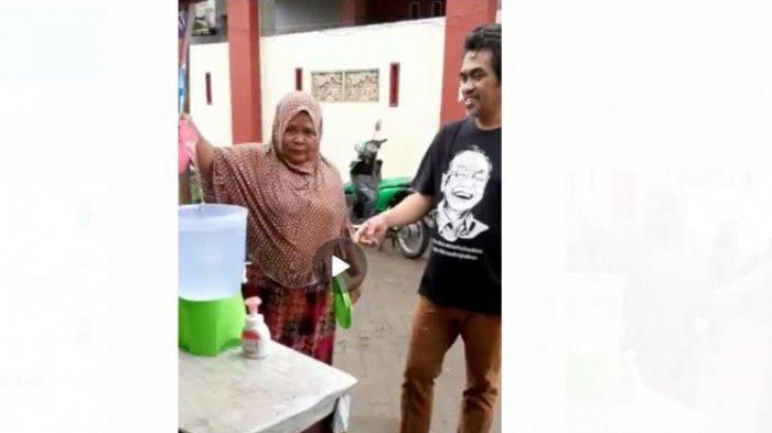 Warga Tamalate Makassar ini Beri Alat Cuci Tangan ke Pedagang Sayur Keliling