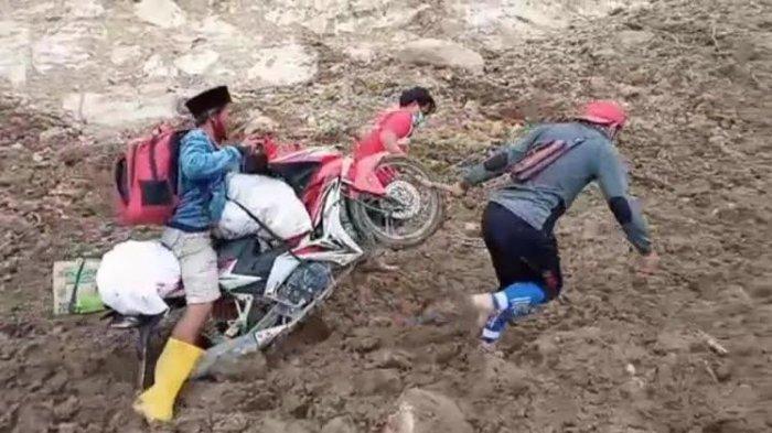 Warga Terisolir di Ulumanda Majene Terobos Longsor Jemput Bantuan
