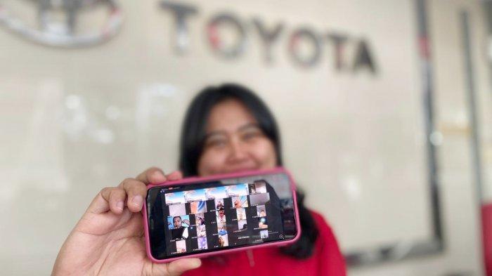 Wiraniaga Kalla Toyota sedang memperlihatkan gelaran Customer Gathering Online malalui smartphone, Selasa (15/12/2020). Kalla Toyota akan mengundi grandprize berupa 1 unit Toyota Agya dalam gelaran Customer Gathering Online series 29 pada 17 Desember mendatang.