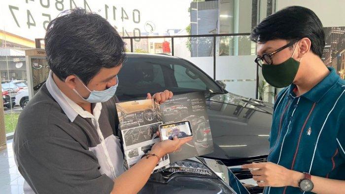 Wiraniaga Kalla Toyota sedang menjelaskan keunggulan produk Kalla Toyota dan kesempatan mendapatkan doorprize di gelaran Customer Gathering Online.