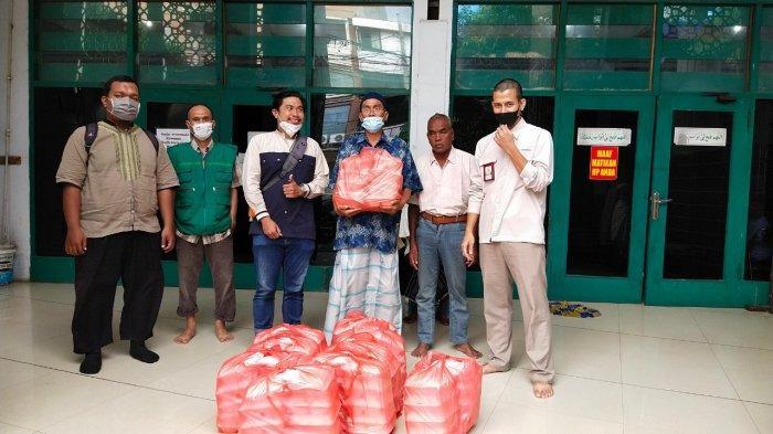 Yayasan Hadji Kalla Berbagi Paket Iftar ke Sejumlah Masjid Kota Makassar