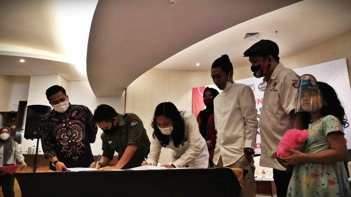 FOTO: KPU Makassar Libatkan Tumming-Abu Tingkatkan Angka Partisipasi Pemilih - youtuber-tumming-abu-berfoto-bersama-usai-memperkenalkan-ikon-kpu-makassar-1.jpg