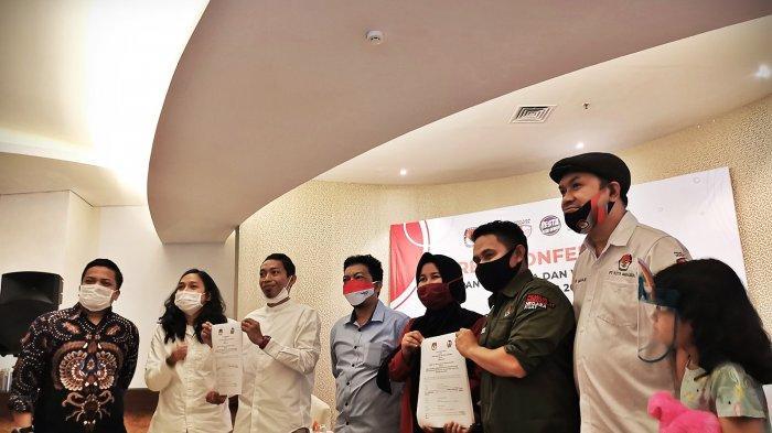 FOTO: KPU Makassar Libatkan Tumming-Abu Tingkatkan Angka Partisipasi Pemilih - youtuber-tumming-abu-berfoto-bersama-usai-memperkenalkan-ikon-kpu-makassar-2.jpg