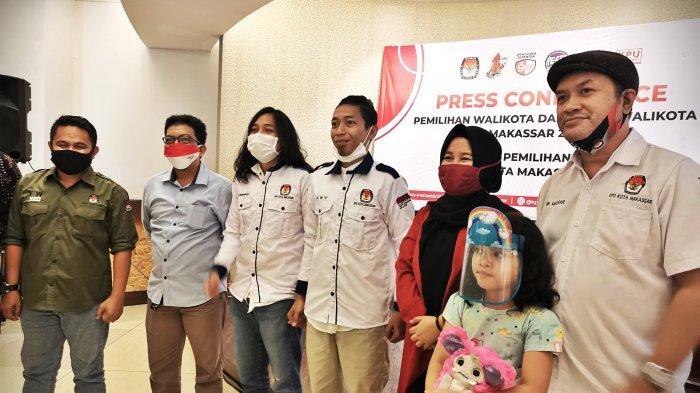 FOTO: KPU Makassar Libatkan Tumming-Abu Tingkatkan Angka Partisipasi Pemilih - youtuber-tumming-abu-berfoto-bersama-usai-memperkenalkan-ikon-kpu-makassar-3.jpg