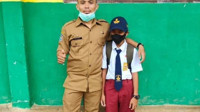 ifnu-siswa-smpn-12-palopo-mengikuti-sekolah-tatap-muka-perdana-dengan-mengenakan-celana-sd.jpg