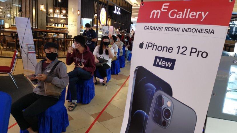 pembeli-antre-untuk-menjajaki-iphone-12-pro-di-makassar.jpg