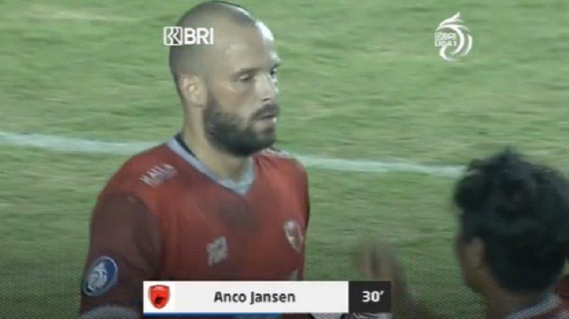 striker-psm-makassar-anco-jansen-merayakan-gol-ke-gawang-persebaya-surabaya.jpg