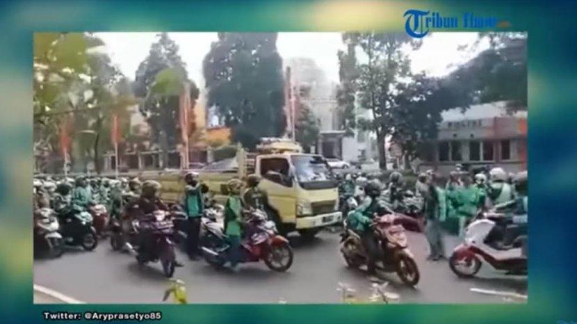 viral-sebuah-video-yang-memperlihatkan-ratusan-pengemudi-ojek-online-ojol-marah.jpg