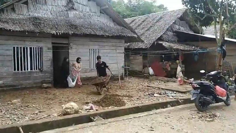 warga-desa-salutubu-melakukan-pembersihan-sisa-banjir-semalam.jpg