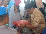 a-fahsar-m-padjalangi-membagikan-bantuan-kepada-korban-gempa-di-palu_20181008_155832.jpg