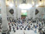 adnan-purichta-ichsan-melaksanakan-salat-di-masjid-agung-syekh-yusuf.jpg