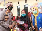 akbp-beny-murjyanto-saat-memberikan-hadiah-handphone-kepada-peserta-vaksinasi.jpg