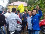 aksi-demonstrasi-pmii-sinjai-saat-dikacaukan-oleh-aparat-desa-di-depan-kantor-pmd.jpg