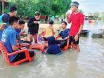 aksi-nyeleneh-dilakukan-pemuda-desa-mallusetasi-bone-di-tengah-banjir.jpg