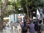 aksi-unjuk-rasa-di-depan-gedung-dprd-diwarnai-kericuhan-kamis-1672020-siang.jpg