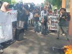 aksi-unjuk-rasa-di-depan-kantor-wali-kota-parepare.jpg