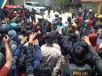 aksi-unjuk-rasa-puluhan-mahasiswa-di-depan-kantor-dprd-mamasa-kamis.jpg