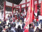aksi-unjuk-rasa-puluhan-mahasiswa-di-depan-kantor-dprd-mamasa.jpg