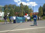 aksi-unjuk-rasa-puluhan-mahasiswa-di-depan-mapolres-polman.jpg