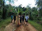 aksi-warga-dusun-bontopaddu-menanam-pohon-pisang-di-ruas-songing-bontoasa-kamis-15102020.jpg