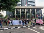 aktivis-asal-kabupaten-sinjai-aksi-demo-di-depan-kantor-kpk-jakarta-pada-senin-2862021.jpg