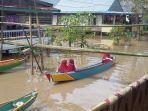 aktivitas-masyarakat-di-tengah-banjir-yang-melanda-kabupaten-wajo.jpg