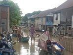 aktivitas-masyarakat-kecamatan-tempe-saat-terjadi-banjir-selasa-1852021.jpg