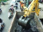 alat-berat-ekskavator-bersama-pekerja-dari-satgas-drainase-2162021.jpg