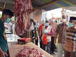 ali-baal-masdar-bersama-rombongan-tinjau-penjualan-daging-di-pasar-baru-mamuju.jpg