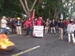 aliansi-pemuda-bersatu-menggelar-unjuk-rasa-di-depan-kantor-dprd-bantaeng-kamis.jpg