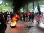 aliasi-peduli-indonesia-api-demo-tolak-omnibus-law-uu-cipta-kerja-di-gedung-dprd-luwu-utara.jpg