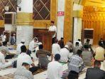 amran-mahmud-saat-memberikan-sambutan-di-masjid-agung-ummul-qura-sengkang-7.jpg