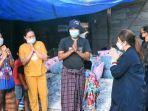 anggota-dpr-ri-asal-toraja-saat-mengunjungi-korban-kebakaran-pasar-baru-sangalla.jpg
