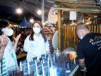 anggota-dpr-ri-eva-stevany-rataba-mengunjungi-stand-umkm-di-event-toraja-higlhand-festival.jpg