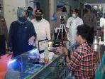 anggota-dpr-ri-hasnah-syam-membagikan-masker-di-pasar-pekkae-mangkoso.jpg