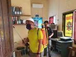 anggota-fraksi-partai-gerindra-dprd-kota-makassar-kasrudi-melakukan-penyemprotan-cairan-disinfektan.jpg
