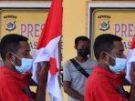 anggota-kkb-itu-juga-mencium-bendera-merah-putih.jpg