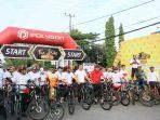 anggota-klub-sepeda-di-kota-makassar-terlihat-antusias-mengikuti-fun-bike-claro_20180715_105024.jpg