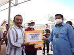 anggota-komisi-iv-dpr-ri-azikin-solthan-saat-memberikan-bantuan-kepada-petani-di-bantaeng.jpg