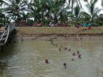 anggota-tni-melakukan-pencarian-seorang-lansia-yang-diduga-tenggelam-di-sungai.jpg