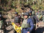 aparat-keamanan-melakukan-evakuasi-terhadap-jenazah-yang-ditemukan-di-lokasi-kejadian-puncak-kabo.jpg