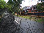 aparat-kepolisian-memasang-pagar-kawat-berduri-di-kantor-kpu-luwu-utara-jl-simpurusiang.jpg